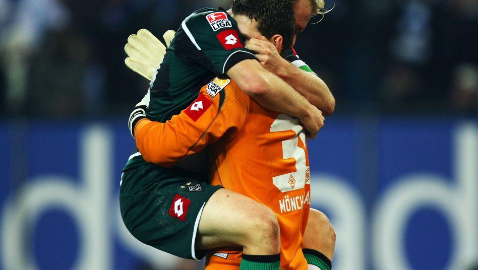 Gladbach-Spieler Levels (l.), Bailly: Freude über den Sieg in Hamburg