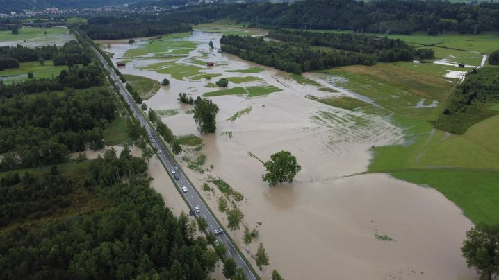 Eine Wiese bei Rettenberg in Bayern ist am Montagabend vom Regen überschwemmt