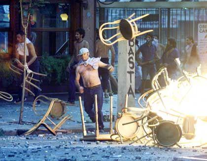 Barrikaden-Bau: Im Bankenviertel von Buenos Aires benutzten die Protestierenden alles, was nicht niet- und nagelfest war, um Hindernisse auf den Straßen aufzutürmen