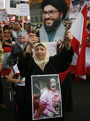 Demonstration gegen Israel am vergangenen Samstag in Berlin: Eine Frau hält ein Plakat des Hisbollahführers im Libanon, Hassan Nasrallah.