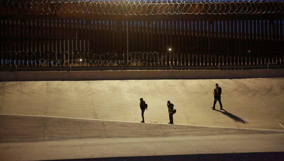 Migranten an der Grenze von Mexiko zu den USA