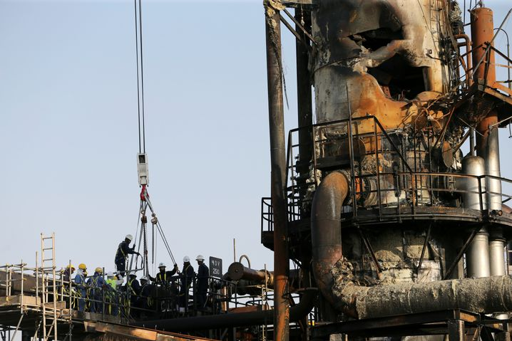 Arbeiter an einer der beschädigten Ölanlagen in Saudi-Arabien
