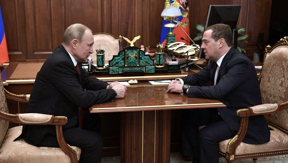 Wladimir Putin (l.) und Dmitrij Medwedew