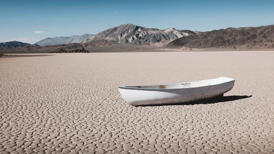 Boot auf einer trockenen Wüstenfläche