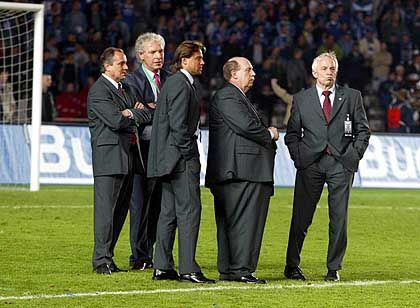 Wieder nur Zweiter: Auch Leverkusens Delegation der Anzugträger trauert