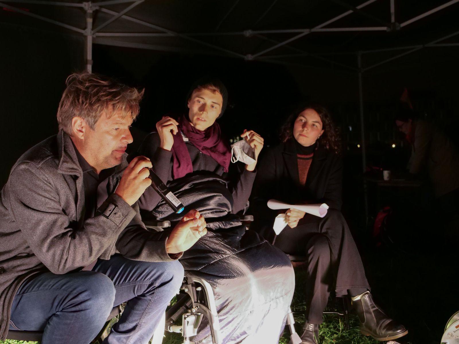 Robert Habeck besucht Hungerstreikende