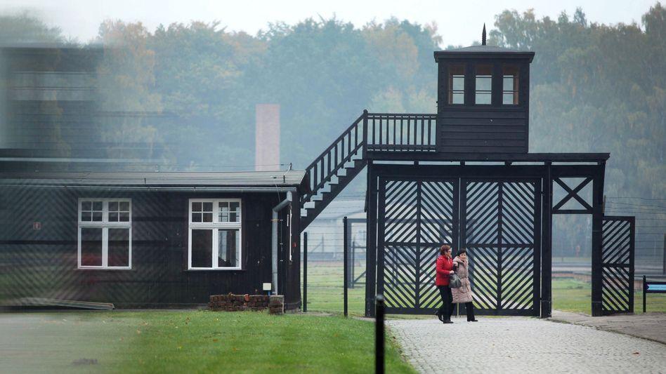 Besucher am Eingang des Stutthof Museums in Sztutowo, Polen