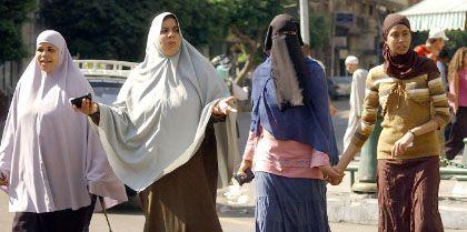 """Drei Stadien der Verschleierung in Kairo: Die beiden Ägypterinnen auf der Linken tragen den """"Khemar"""", ein Schleier, der wie ein Cape Schulter, Haar und Hals verhüllt - aber das Gesicht frei lässt. Die Frau rechts versteckt nur ihr Haar unter einem """"Hijab"""". Die Variante in der Mitte, der """"Niqab"""" lässt nur einen schmalen Spalt für die Augen frei - und hat in Ägypten die Debatte über den politischen Symbolgehalt des Schleiers wiederbelebt."""