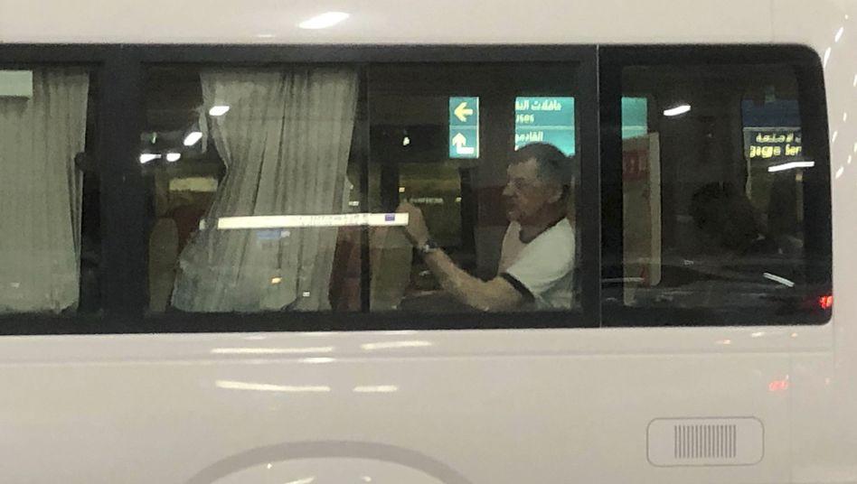 """Seemann des norwegischen Tankers """"Front Altair"""" in einem Bus am Flughafen Dubai"""