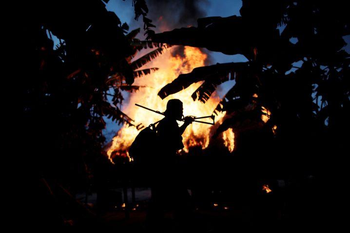 """Ein """"Waldwächter"""" in Brasilien beschützt das Land der indigenen Arariboia. Minderheiten stehen wegen des rechtsextremen Präsidenten Bolsonaro unter Druck"""