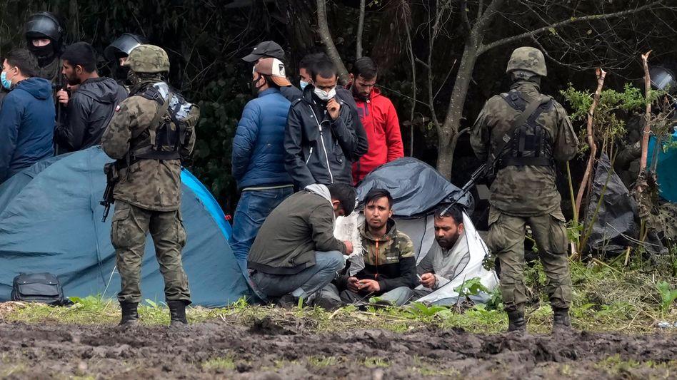 Polnische Sicherheitskräfte umringen Schutzsuchende an der Grenze zu Belarus