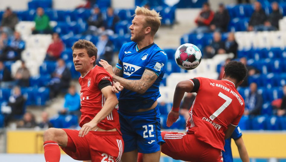 Oben auf: Hoffenheims Innenverteidiger Kevin Voigt (Mitte) gegen Thomas Müller (links) und Serge Gnabry