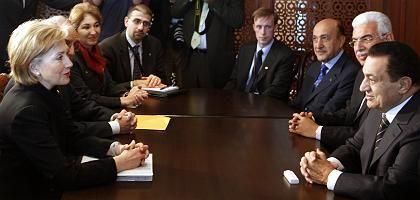 Clinton (l.), Mubarak (r., mit Unterhändlern): Wichtige Signale für Nahost