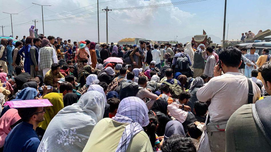 Wartende Afghanen auf der Straße zum Kabuler Flughafen