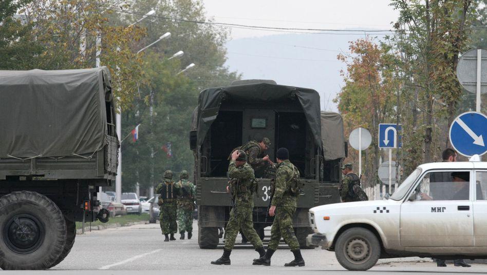 Polizei und Soldaten in Grosny (Archivbild von 2010): Tschetschenen flüchten vor Armut und Unsicherheit nach Deutschland