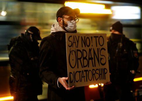 Ein Anti-Orban-Demonstrant in Warschau