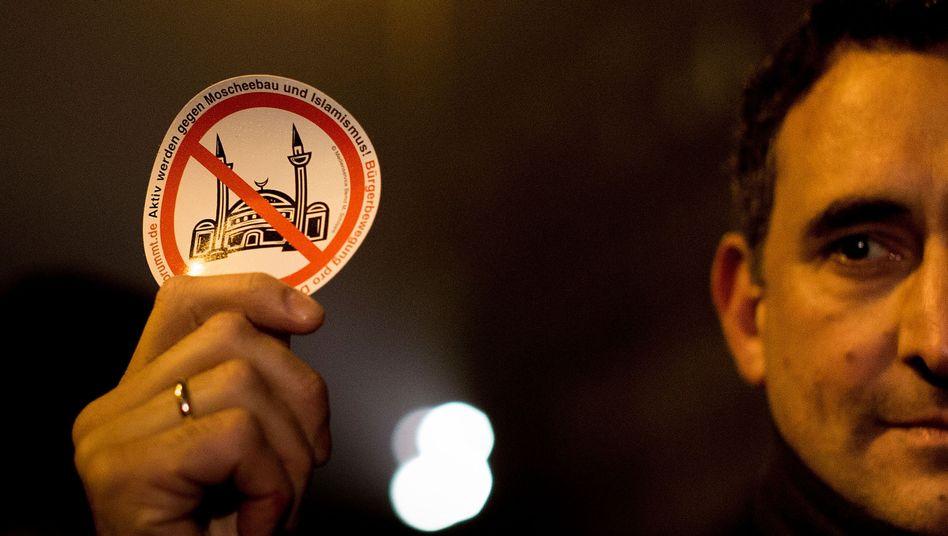Pegida-Demonstrant mit Aufkleber: Wissenslücken schließen