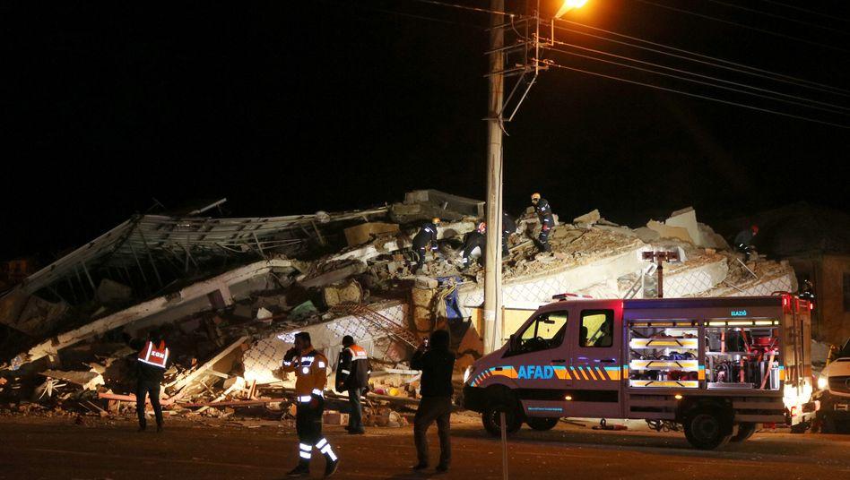 Rettungskräfte an einem eingestürzten Gebäude in der Provinz Elazig