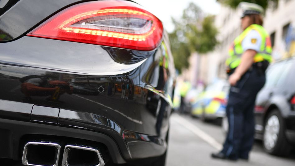 Polizisten in Mannheim kontrollieren Autoposer. (Symbolbild)