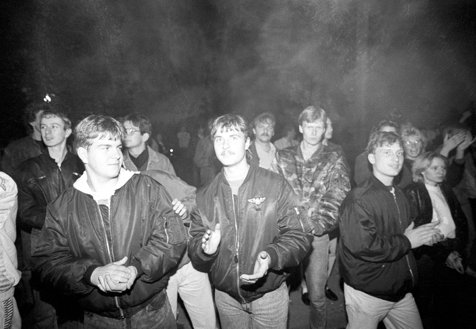 Ausländerfeindliche Ausschreitungen in Hoyerswerda Jugendliche applaudieren beim Abtransport der A
