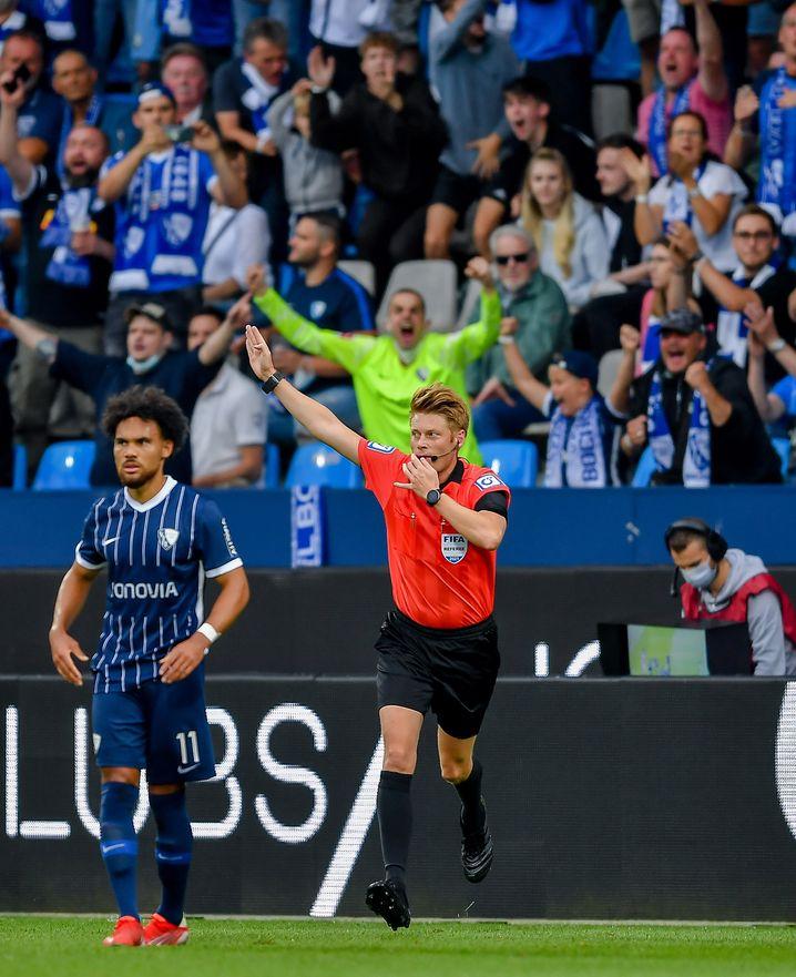 Schiedsrichter Dingert erkennt den Stuttgarter Treffer ab, zur Freude der Bochumer Fans