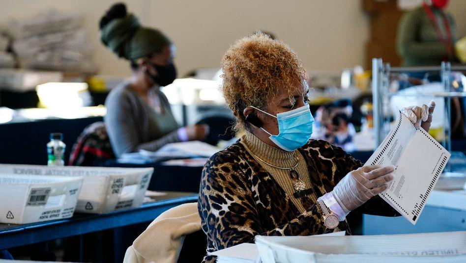 Eine Wahlhelferin sichtet in Atlanta Stimmzettel