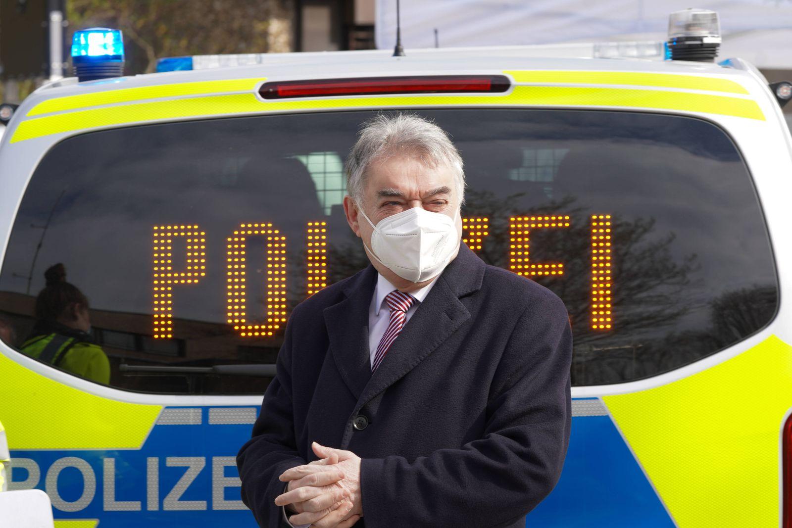 Innenminister Herbert Reul uebergibt neue Streifenwagen an die NRW Autobahnpolizei Aktuell, 08.04.2021, Hilden, NRW Inn