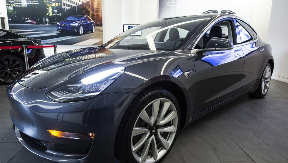 Das Model 3 von Tesla steht in einem Ausstellungsraum in Düsseldorf