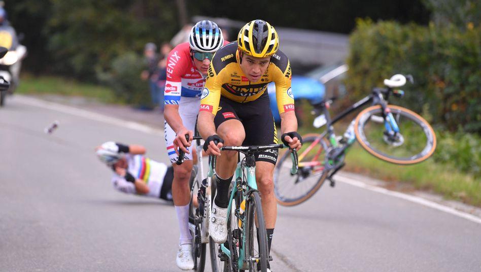 Wout van Aert (vorne) und Mathieu van der Poel fahren um den Sieg, Julian Alaphilippe stürzt