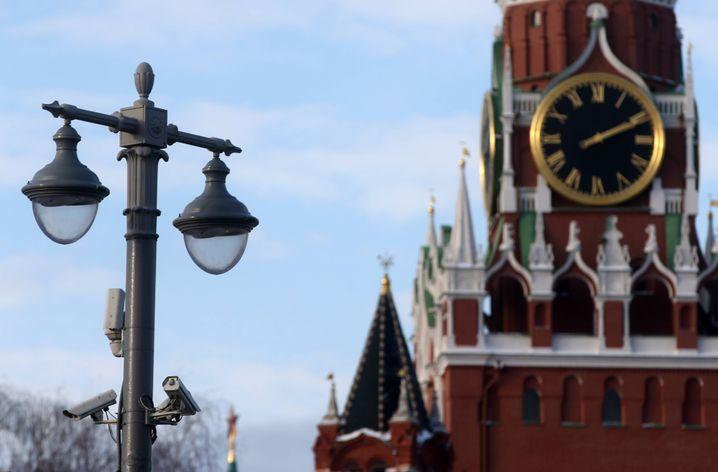 Überwachungskameras an einem Laternenpfahl nahe des Kreml