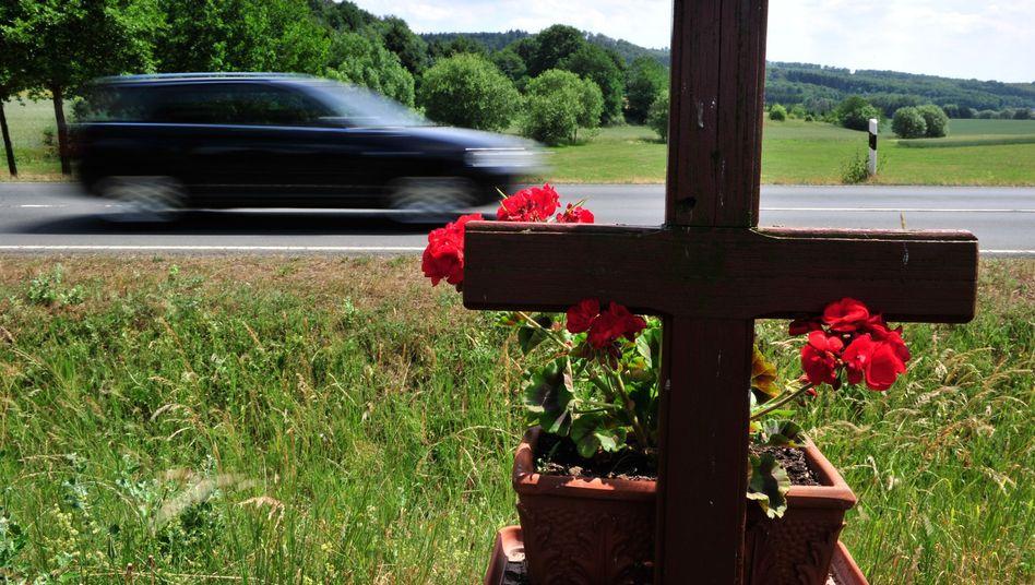 Holzkreuz an einer Straße: Sicheres Schweden, gefährliches Griechenland