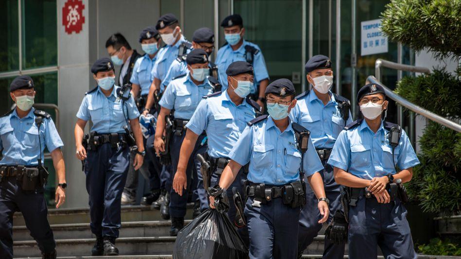 Polizeibeamte vor dem Redaktionsgebäude von »Apple Daily« in Hongkong