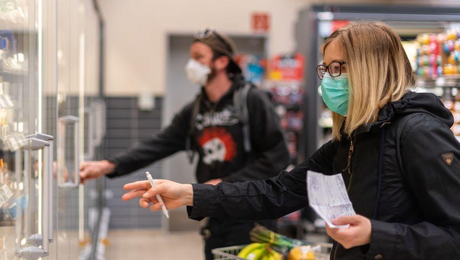 Kunden in einem Supermarkt in Dresden: Seit Montag gilt in Sachsen beim Einkaufen eine Maskenpflicht