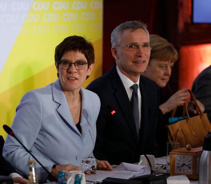 CDU-Chefin Kramp-Karrenbauer mit Nato-Generalsekretär Stoltenberg (im Hintergrund die Bundeskanzlerin)