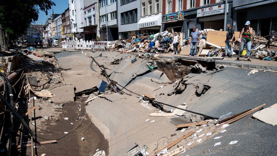 Zerstörte Straßen in Stolberg: Auch hier, nur wenige Minuten von Eschweiler entfernt, kam es zu Plünderungsversuchen