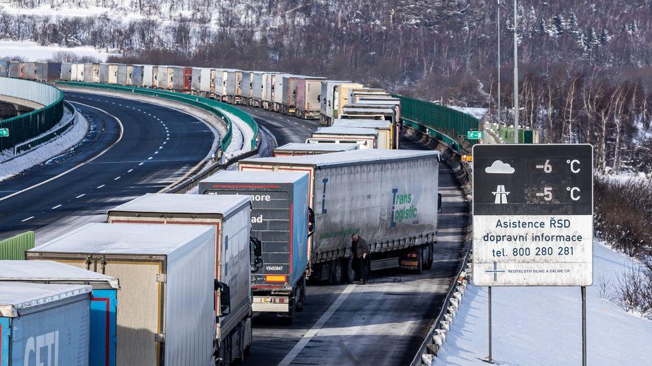 Grenzkontrollen: Kilometerlanger Lkw-Stau an der Grenze von Tschechien nach Deutschland