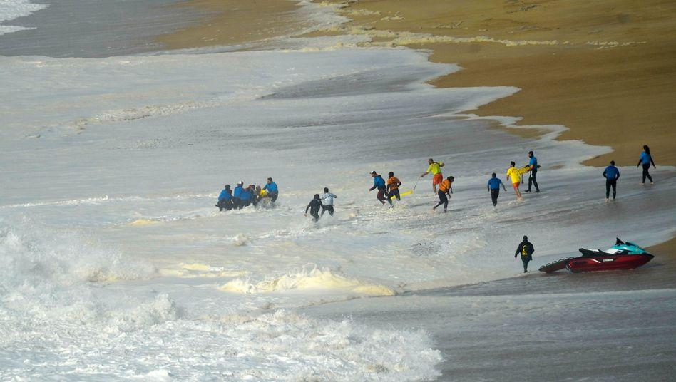 Rettungsaktion am Strand von Nazaré