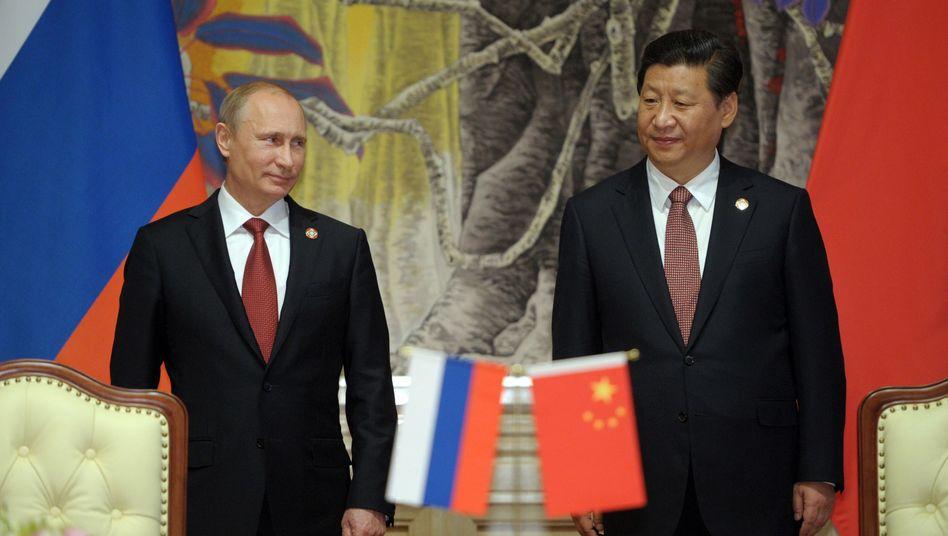 Wladimir Putin mit Chinas Präsident Xi Jinping: Teure Jubelbilder