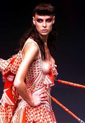 Gefährlich offenherzig: Flamenco-Dress mit Speer-Accessoire von Alexander McQueen