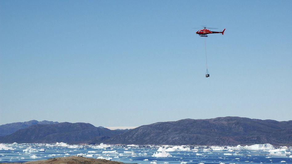 Ein Helikopter liefert Bergbauausrüstung auf das Kvanefjeld