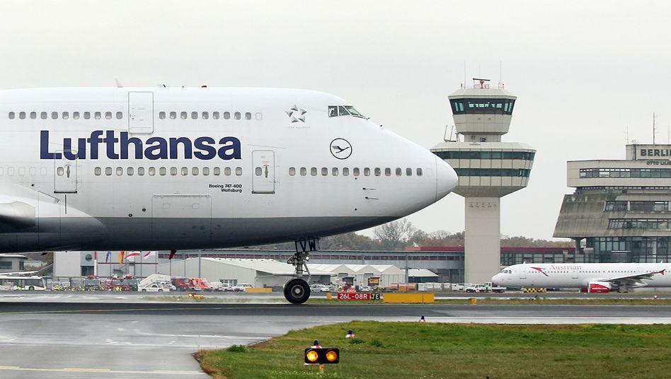 Lufthansa-Jumbojet auf dem Flughafen Berlin-Tegel