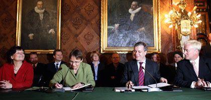 GAL-Fraktionsvorsitzende Goetsch (v.l.), GAL-Landesvorsitzende Hajduk, CDU-Landesvorsitzender Freytag und Hamburgs Erster Bürgermeister von Beust unterschreiben im Rathaus ihren Koalitionsvertrag.