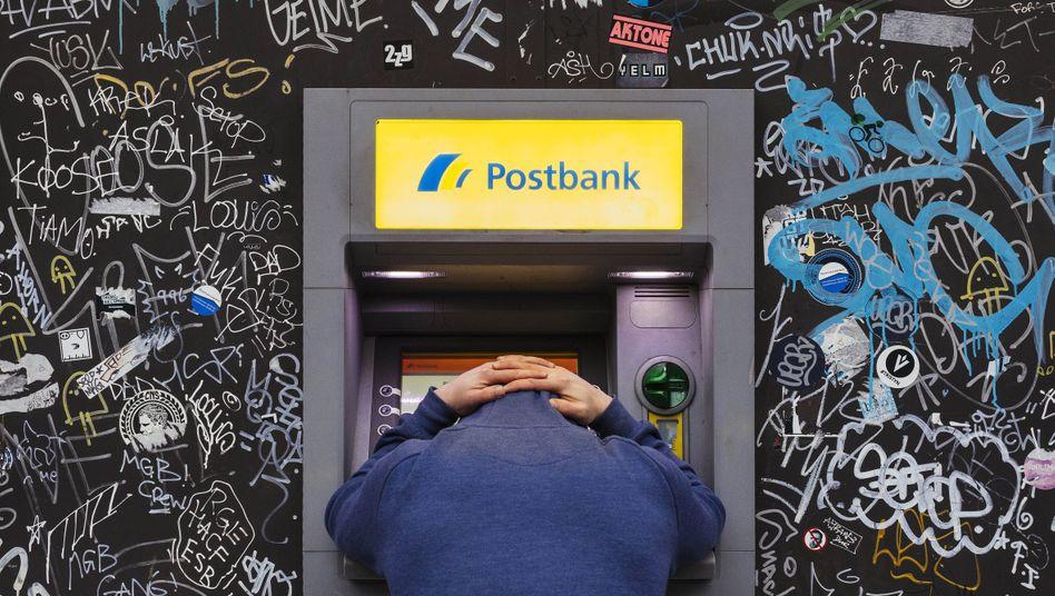 Geldautomat in Köln: Negative Zinsen können den Spaß am Sparen verderben