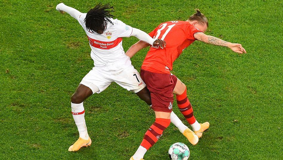 Stuttgarts Tanguy Coulibaly und Kölns Marius Wolf kämpfen um den Ball, einen Sieger gab es am Ende nicht