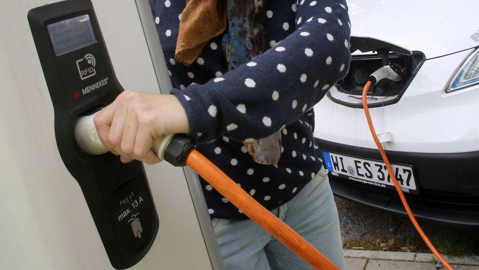 Stromtankstelle für E-Autos: Bislang weniger als 3000 Ladestationen in Deutschland