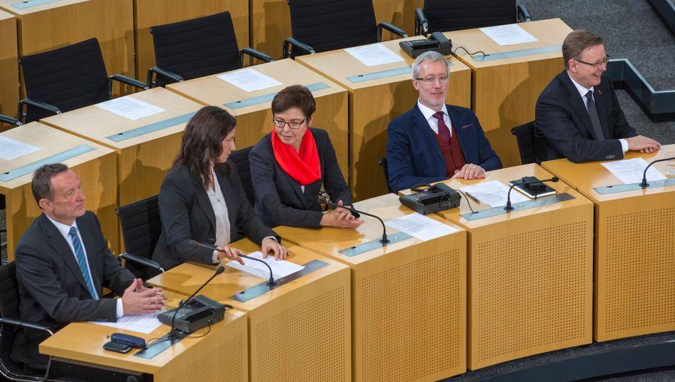 SPD-Innenminister Poppenhäger (l.) auf der Regierungsbank: Drastische Reform