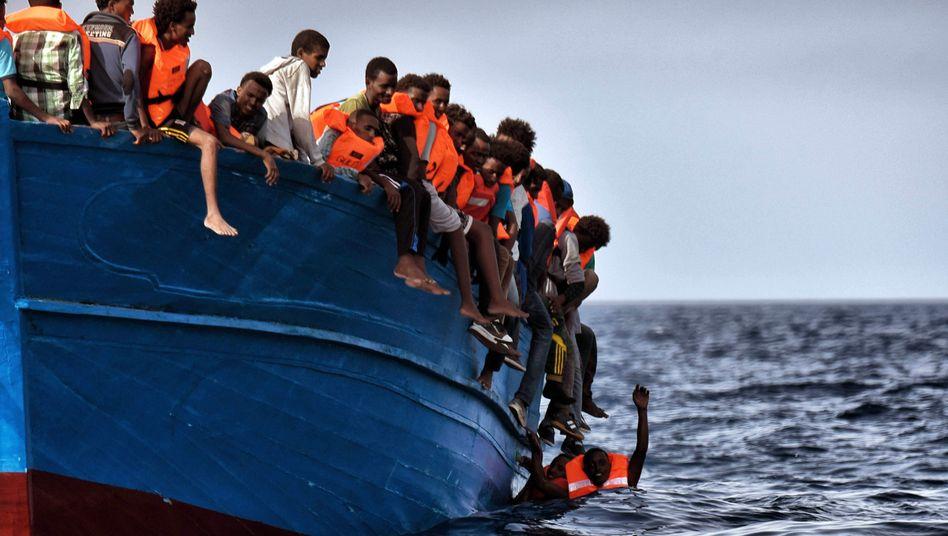 Flüchtlinge in einem Boot vor der Küste Libyens