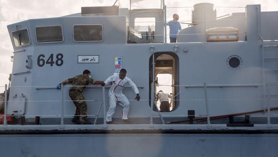 Flucht vor der libyschen Küstenwache: Ein Migrant versucht, ins Wasser zu springen