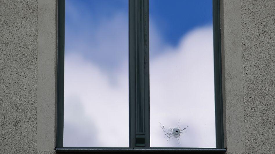 Einschussloch ist in einem Fenster in Halle