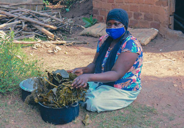 Heilkräuter als große Hoffnung: Hadija Nangobi inhaliert jeden Tag